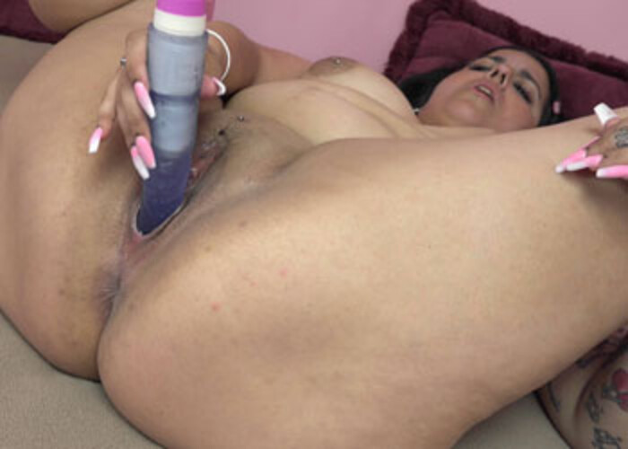 Stella Carter fucks her twat with a dong